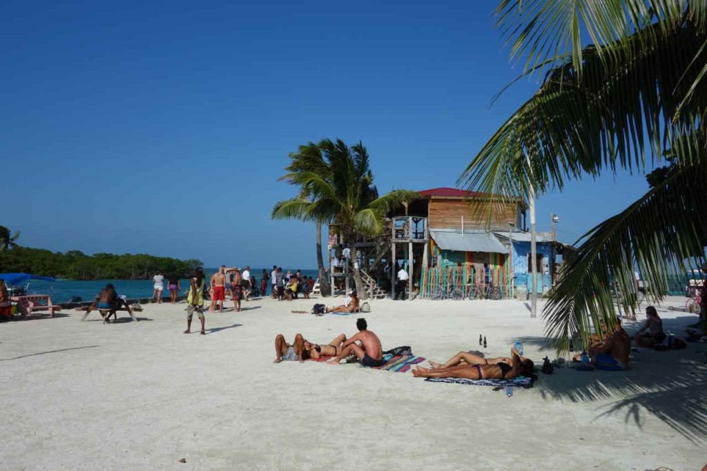 Zentralamerika, Belize, Caye Caulker, Split, Traveller beim Sonnenbad
