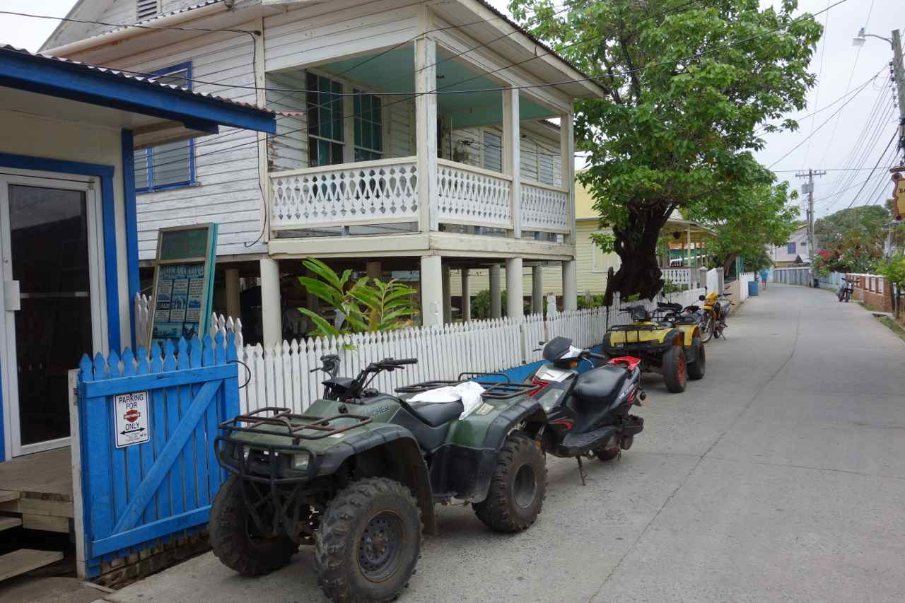 Zentralamerika, Honduras, Isla Utila, Hauptstraße mit Quads
