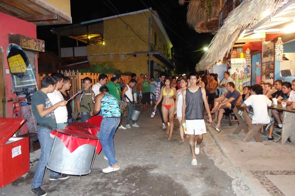 Zentralamerika, El Salvador, (Zuviel) Remmidemmi in El Tunco während der Semana Santa