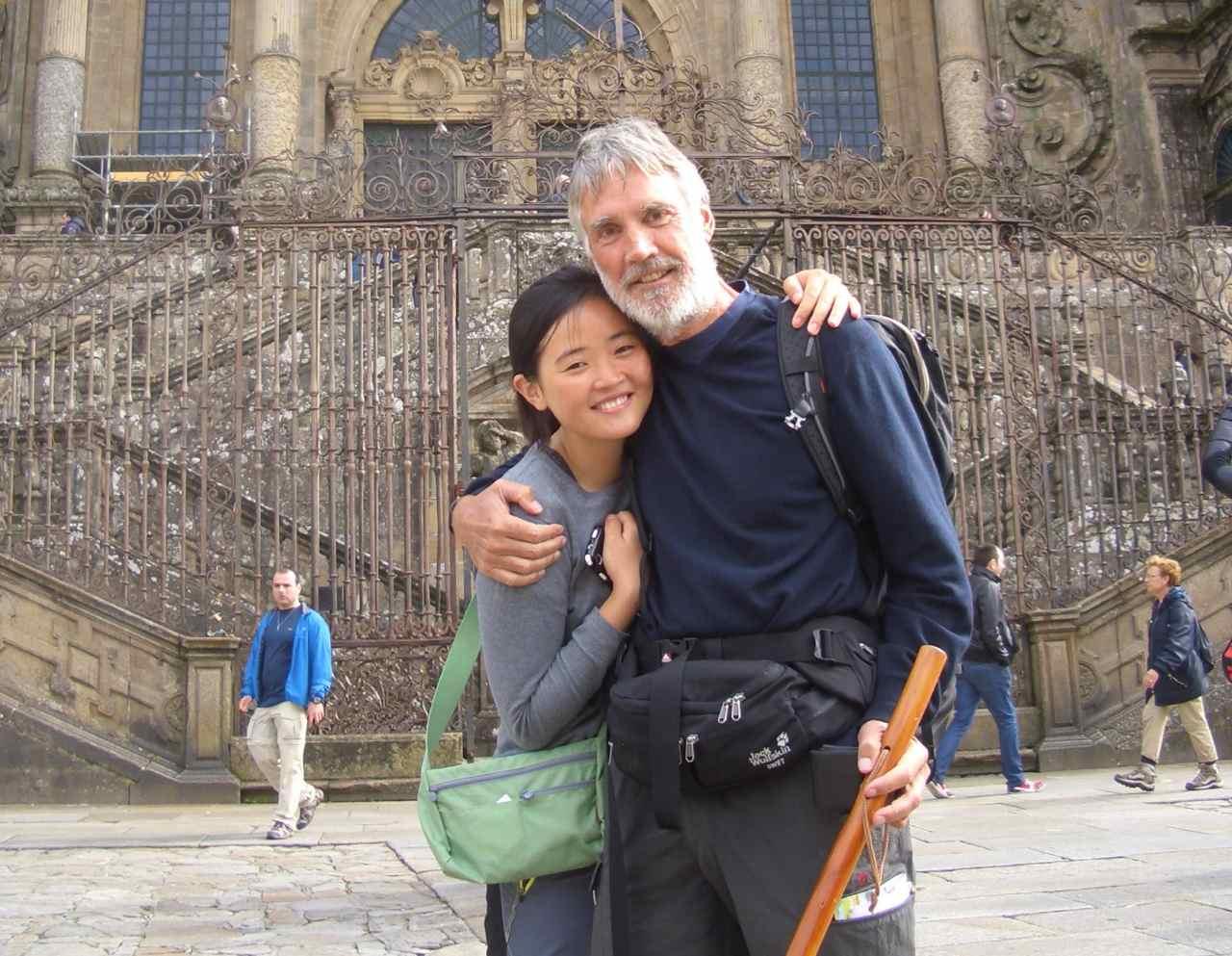 Jakobsweg, Santiago de Compostela, mit Ju Hee Yi vor der Kathedrale