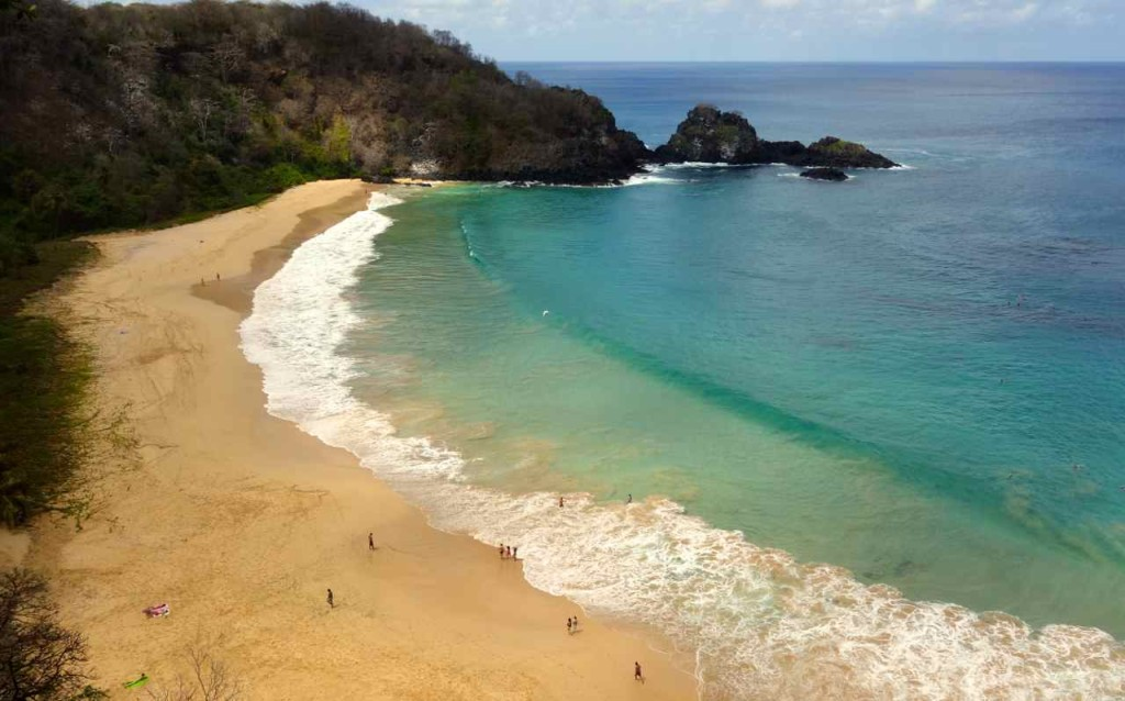 Brasilien Ilha Fernando de Noronha, Baia Sancho mit Badenden