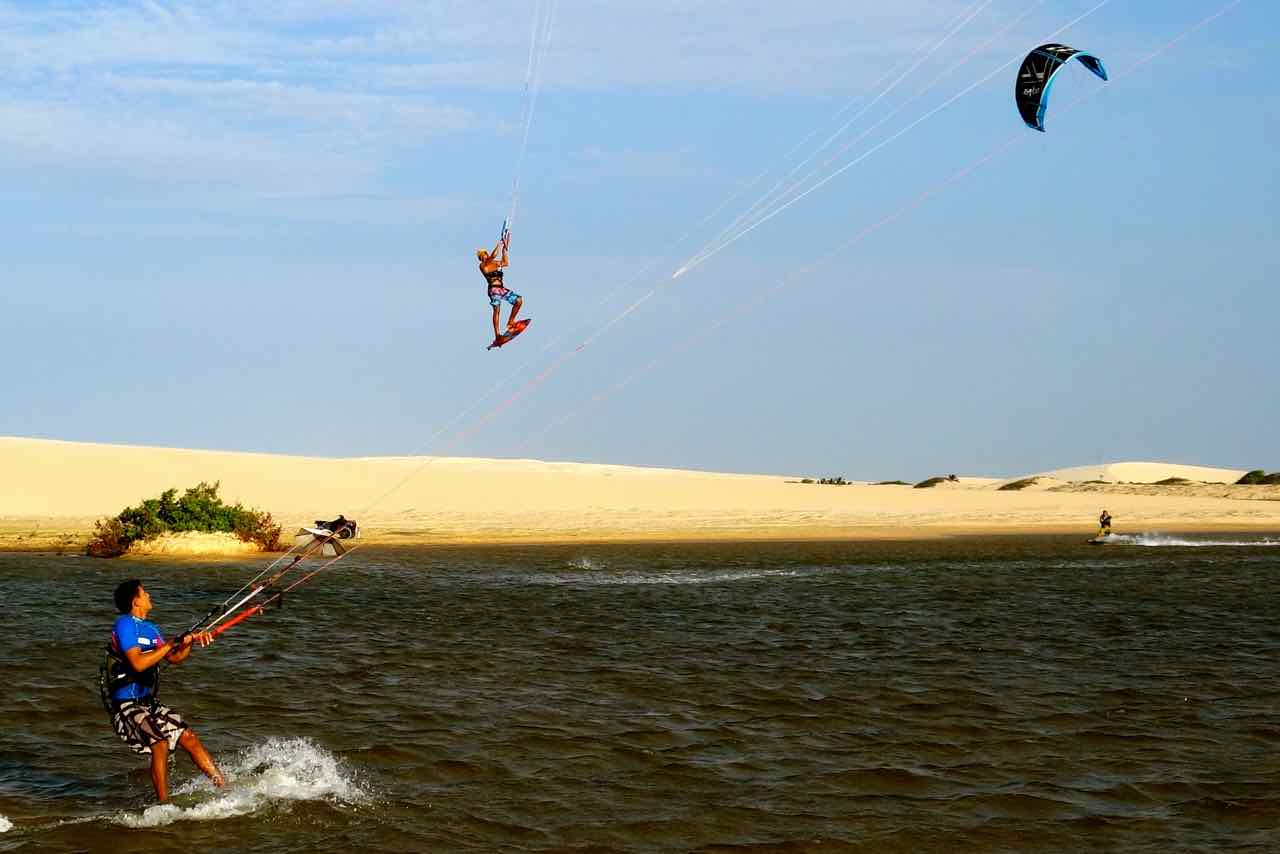Fliegender Kitesurfer in Jericoacoara, Brasilien