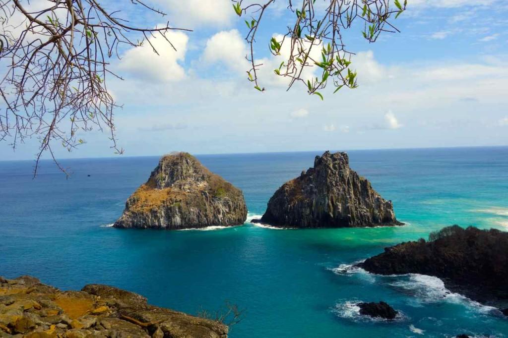 Brasilien Ilha Fernando de Noronha. Vor Baia Sancho, Morro de Dois Irmaos