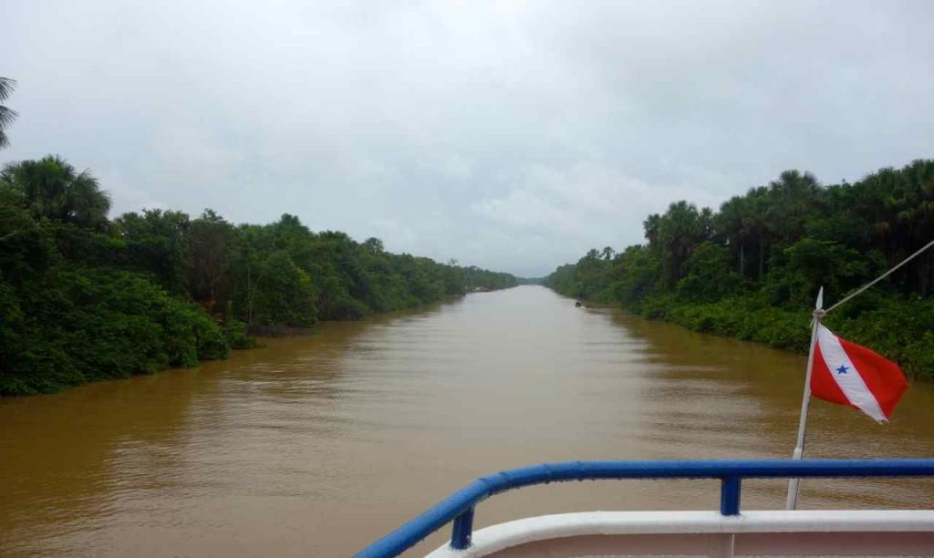 Amazonas: Schiffsfront mit 2 Ufern