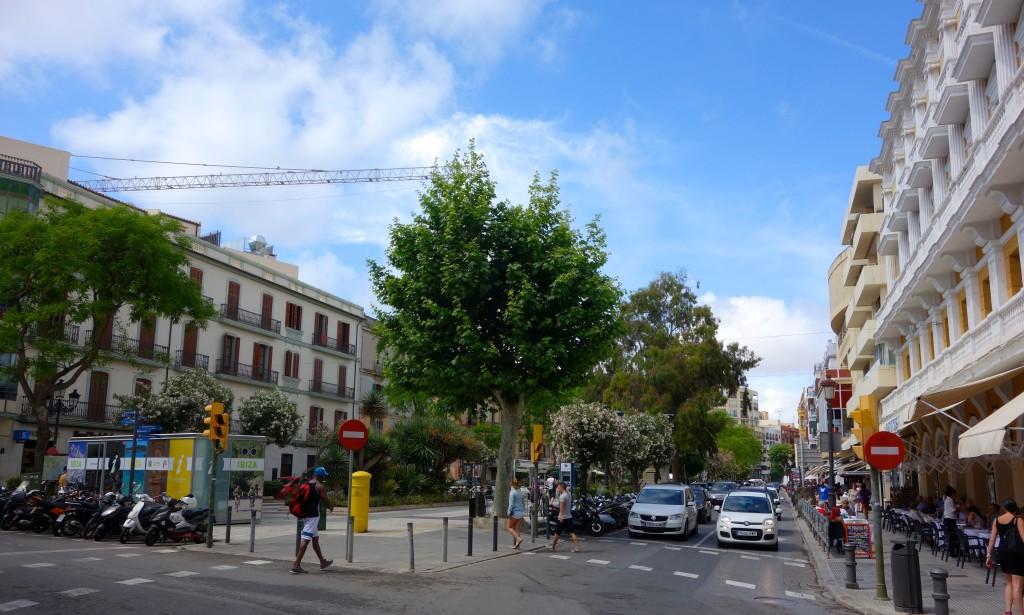 Ibiza Tipps, Vara de Rey mit Tourist Information links im Bild