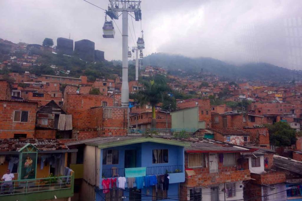 Medellin, Metrocable, ganz oben links die Bibliotheken