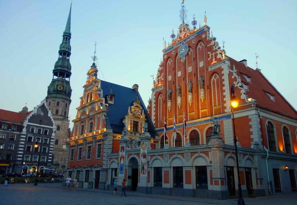 Lettland, Riga, Rathausplatz: Schwarzhäupterhaus mit St. Petrikirche