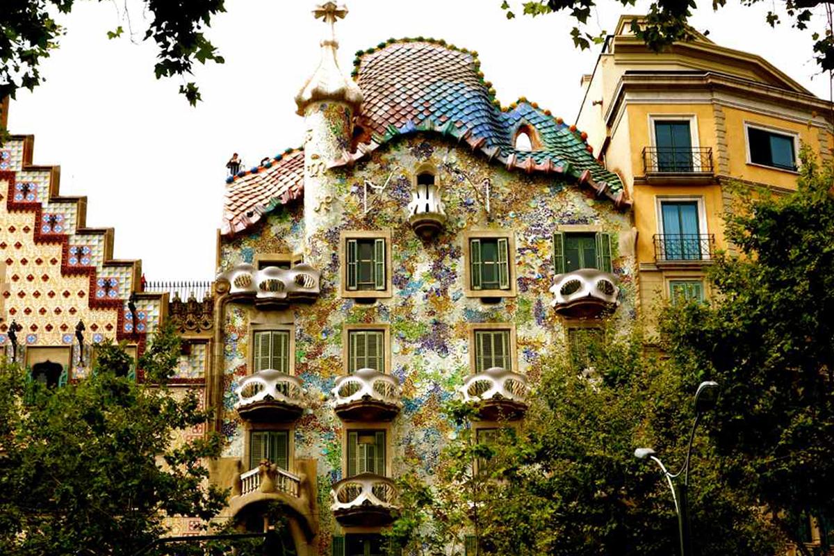Die casa batll in barcelona von antoni gaud peterstravel - Casa mila or casa batllo ...