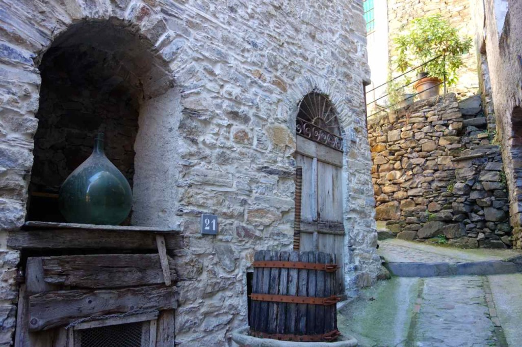 Montalto Ligure, Stilleben mit Flasche