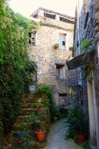 Montalto Ligure, Treppe mit Blumen, hoch