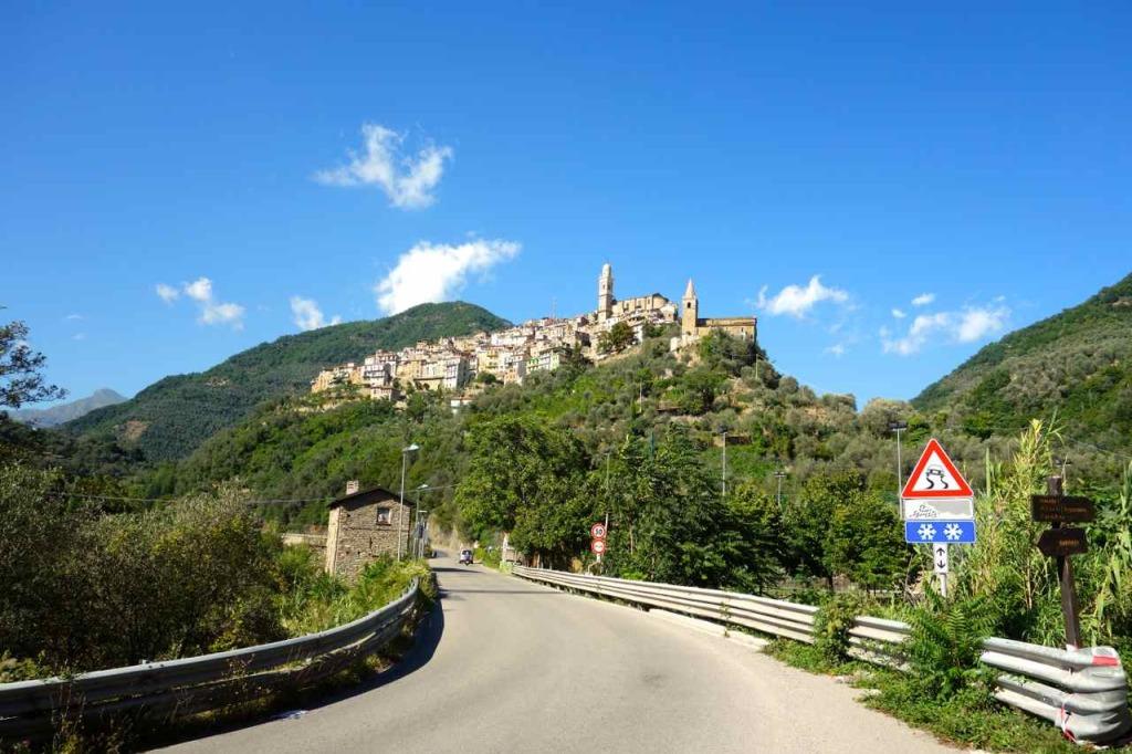 Montalto Ligure mit Straße von Badalucco kommend
