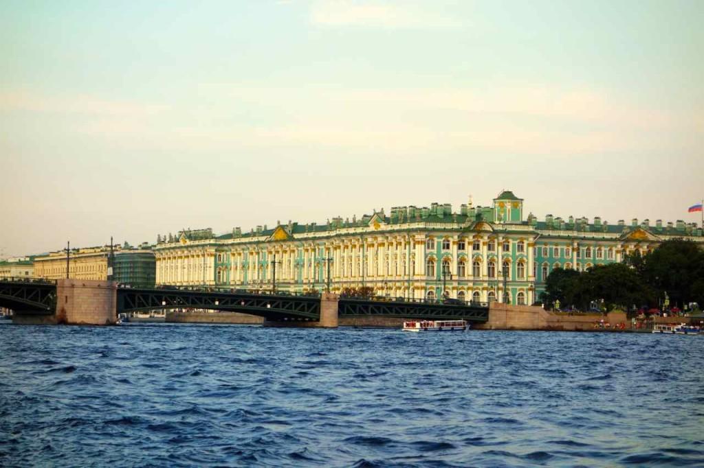 Russland, St. Petersburg, Eremitage vom Ausflugsboot