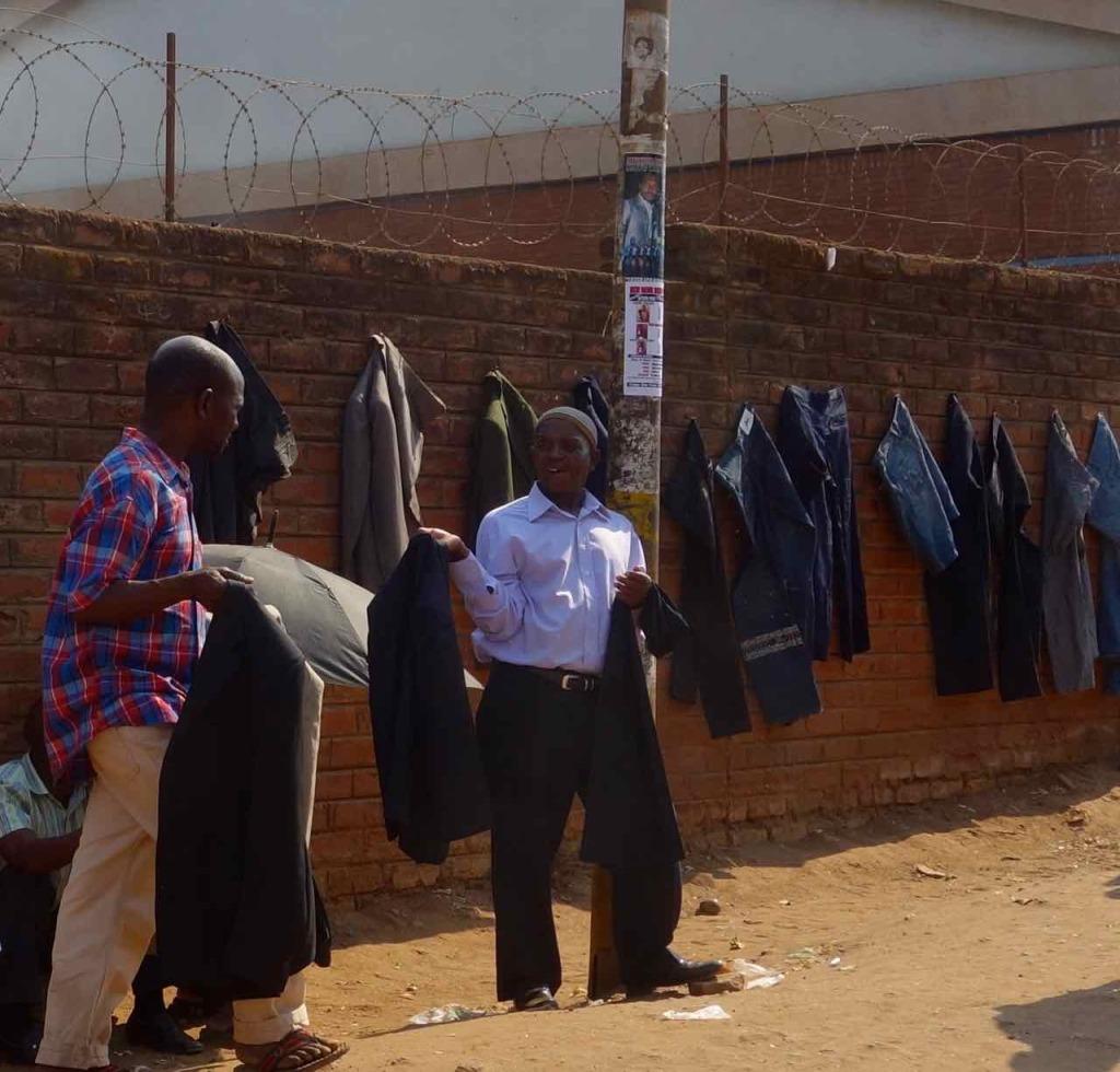 Lilongwe, Straßenverkauf von Kleidung 1