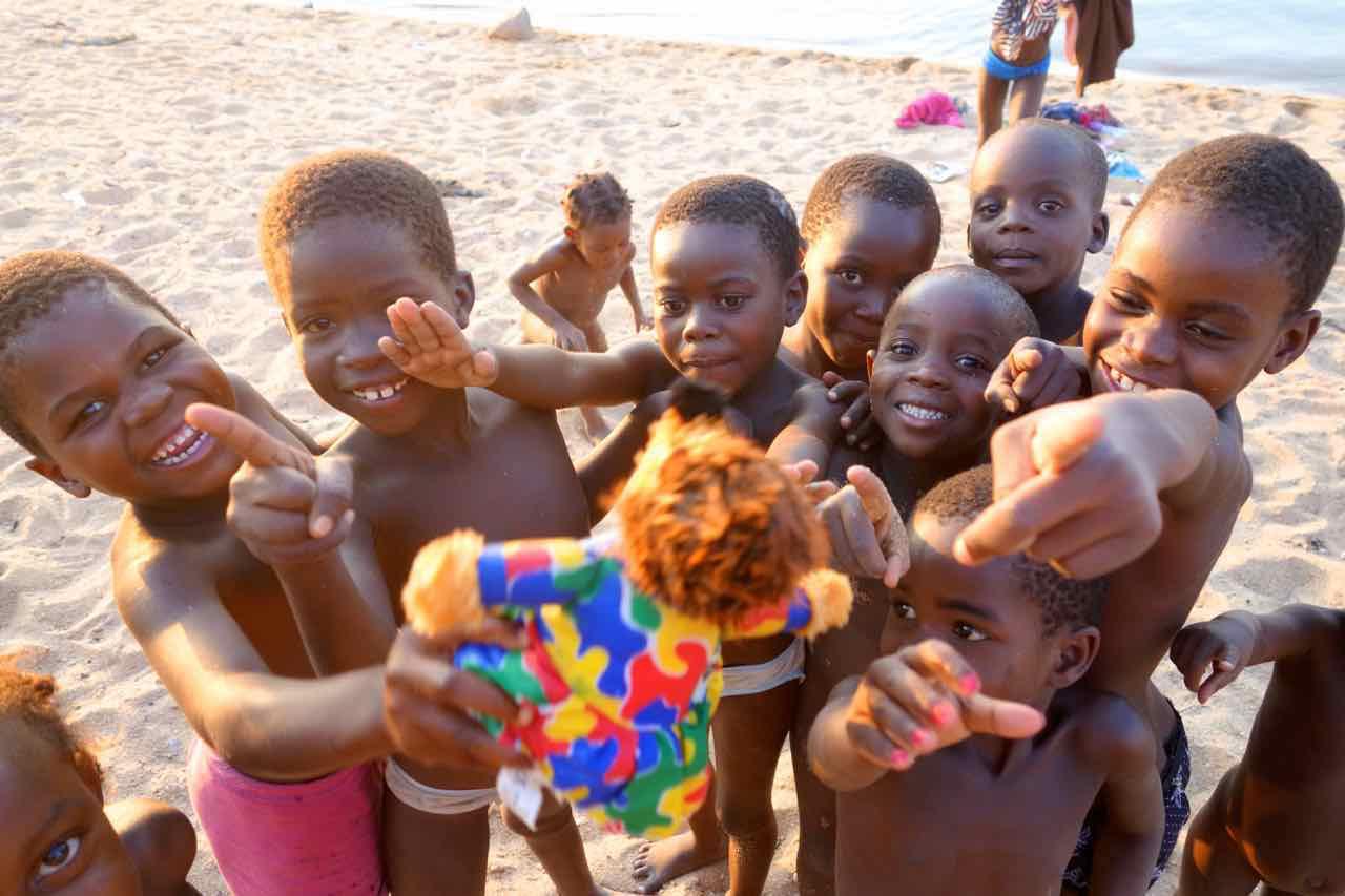 Malawi, Cape Maclear, Kinder am Strand
