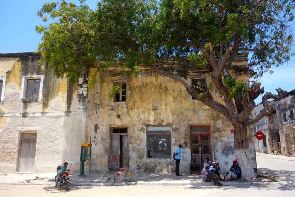 Mosambik, Ilha de Mozambique, Eckhaus mit Leuten