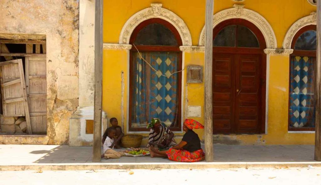 Mosambik, Ilha de Mosambik, sitzende Frauen vor Haus