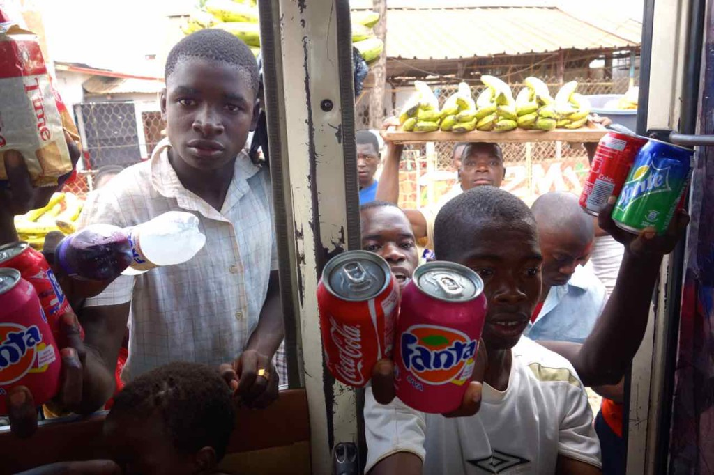 Mosambik, Straßenverkäufer bestürmen den Bus