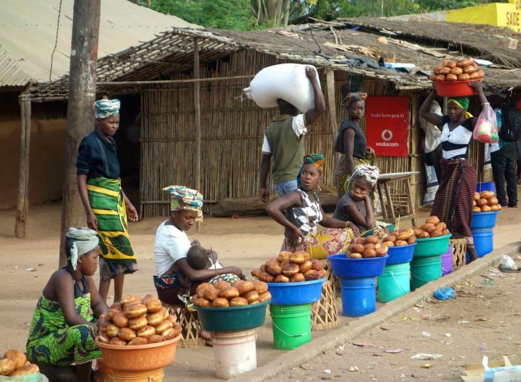 Mosambik, Verkäuferinnen am Straßenrand, auf dem Weg nach Pemba