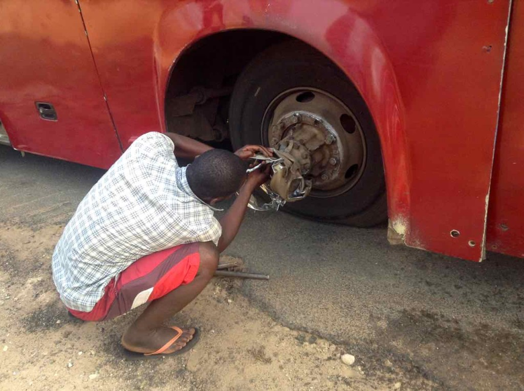 Mosambik, Reifenwechsel