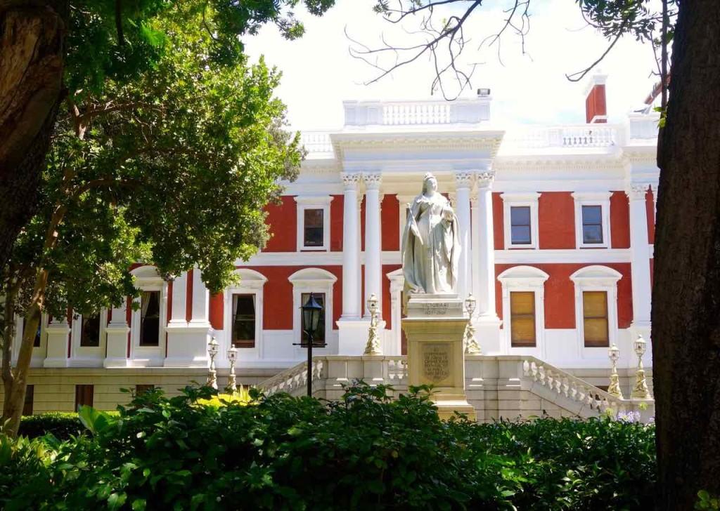 Kapstadt, Company Gardens, Parlament mit Queen Victoria Statue