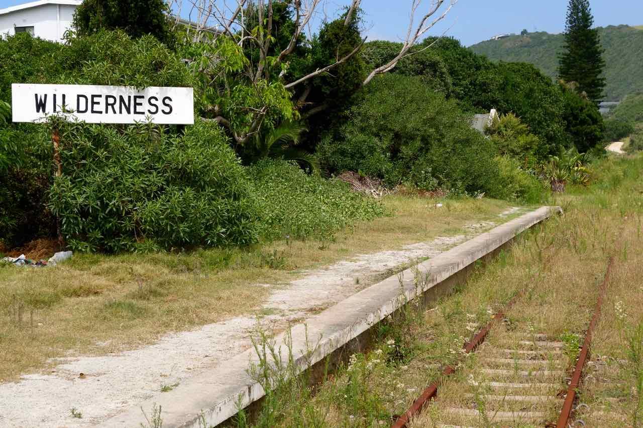 Südafrika, Wilderness, Ortsschild mit Bahngleis, Beitragsbild