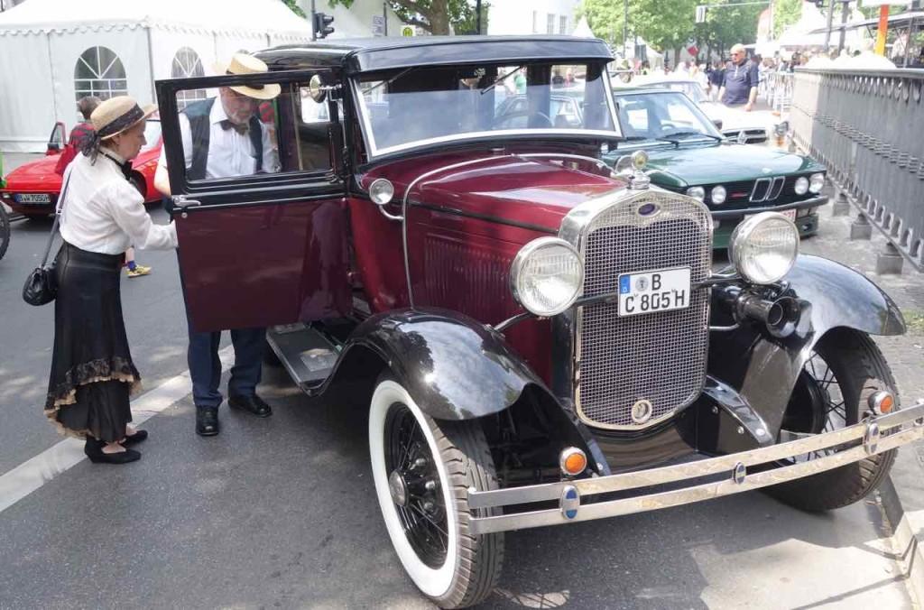 Classic Days Berlin, Oldtimer mit historischem Paar