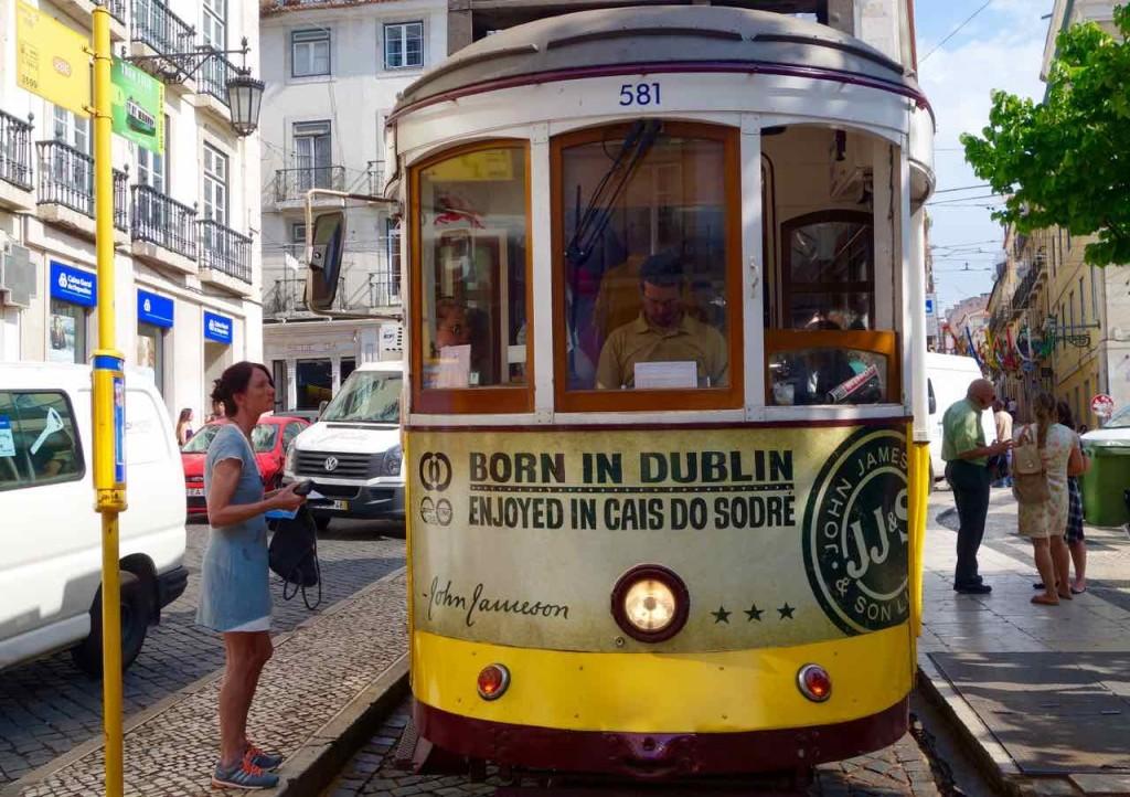 Straßenbahn Lissabon. Am Praça Luís de Camões mit 1 wartendem Passagier