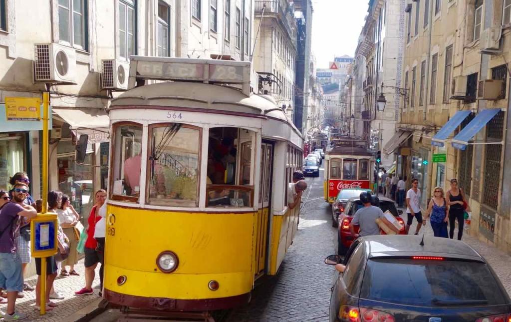 Straßenbahn Lissabon. In enger Straße