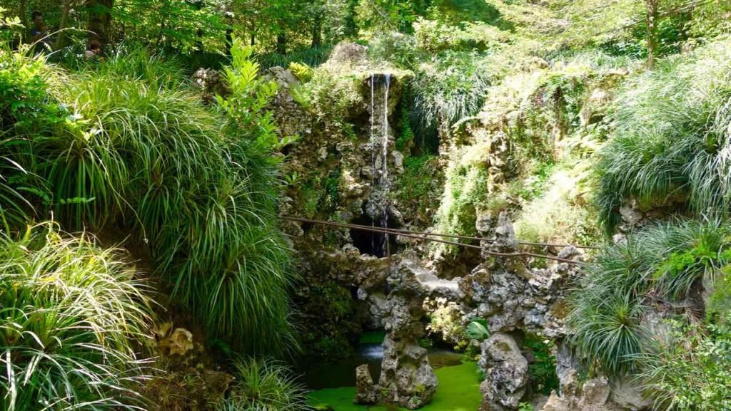 Lissabon Tagesausflug Sintra zum Quinta da Regaleira, Wasserfall mit Teich