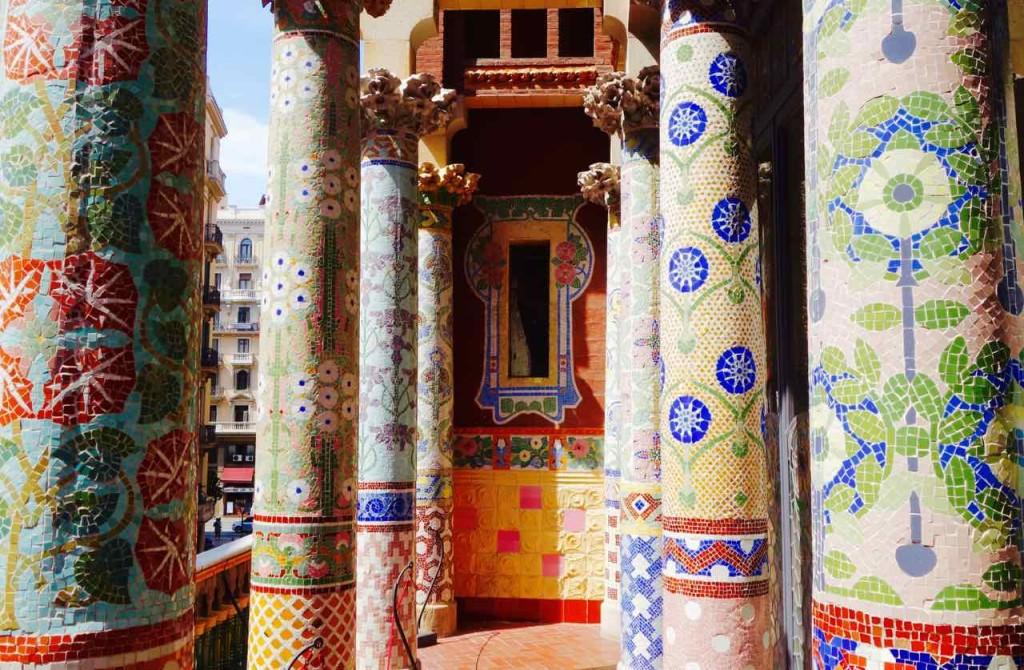 Barcelona Palau de la Musica, Terrasse mit mosaikverzierten Säulen