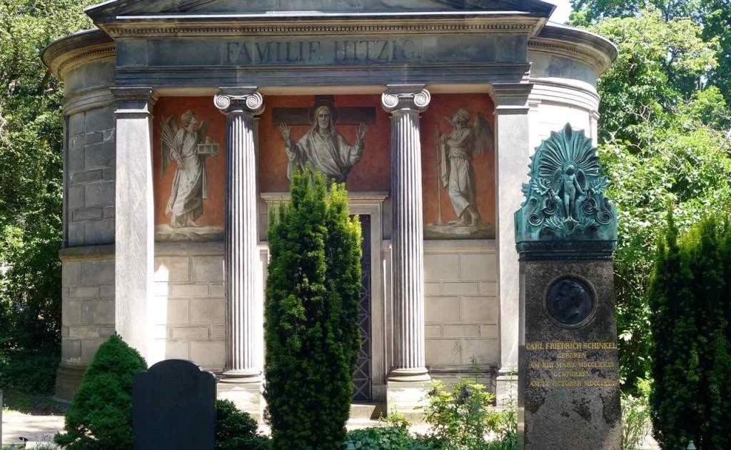 Dorotheenstädtischer Friedhof in Berlin, Grab von Carl Friedrich Schinkel (1781 - 1841) vor dem Familien-Grab der Familie Hitzig - G.F. Hitzig (1811 - 1881) war Architekt und ein Schüler von Schinkel