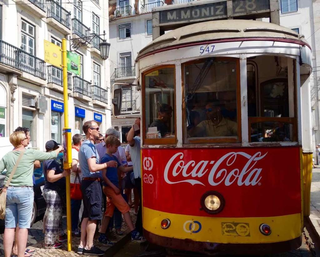 Lissabon Tipps, wartenede Schlange auf die Straßenbahn am Praça Luís de Camões 1
