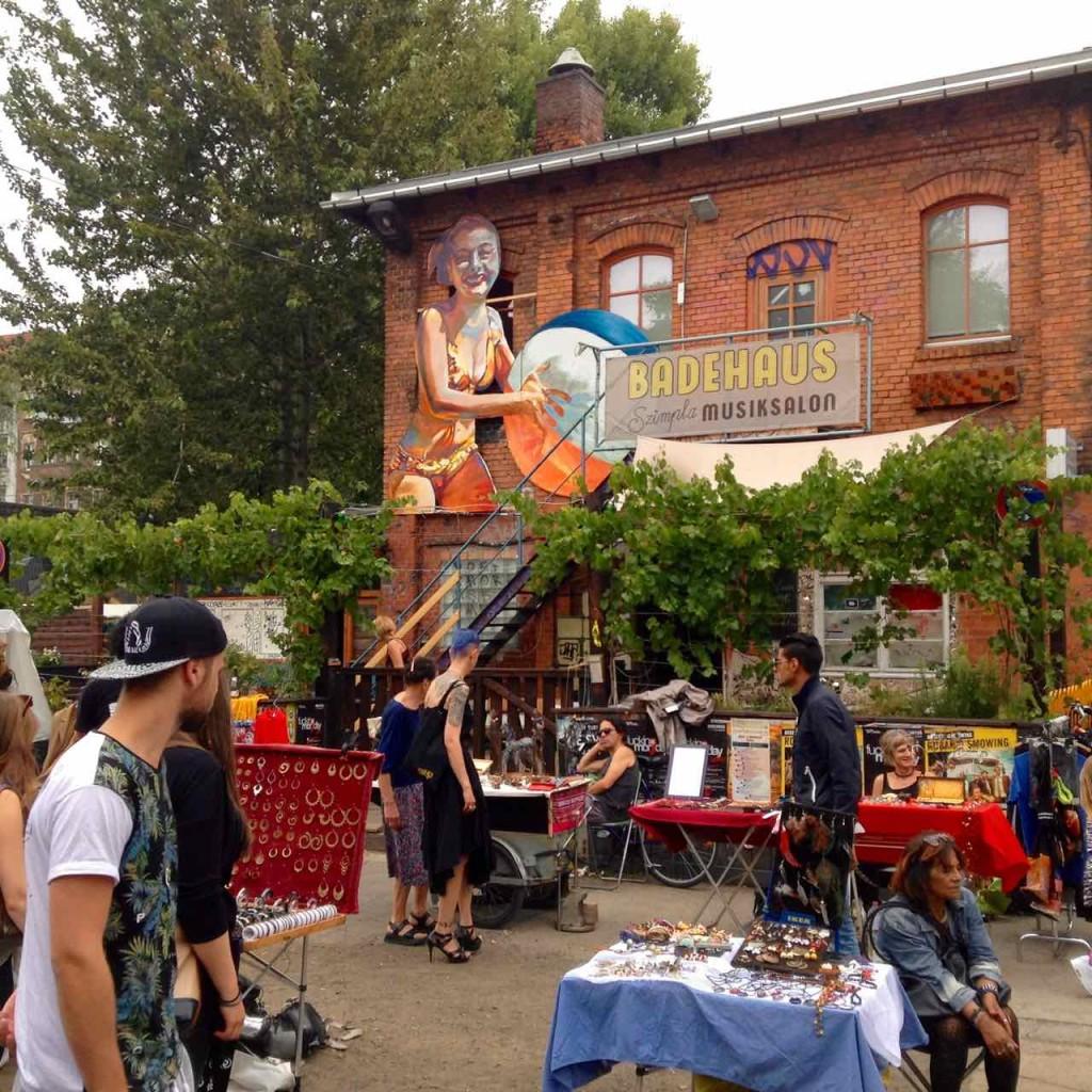 RAW-Gelände, Flohmarkt mit Badehaus