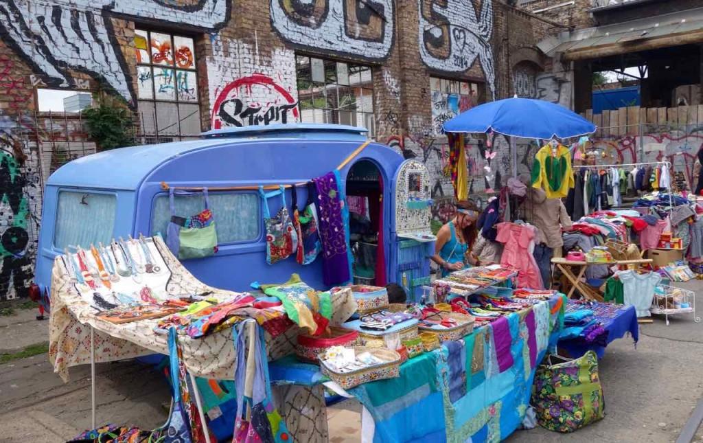 RAW-Gelände, Flohmarkt mit Hippiecamper