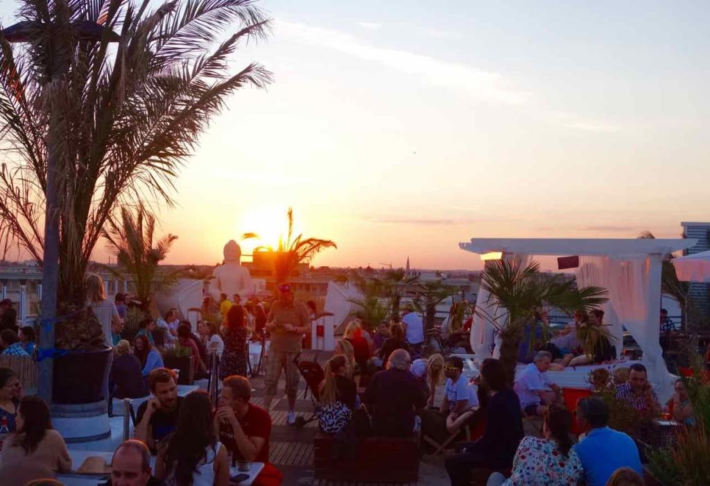 Berlin Hotspots - Rooftop-Bar Deck 5, Sonnenuntergang mit Buddha und Liegeinsel, Totale