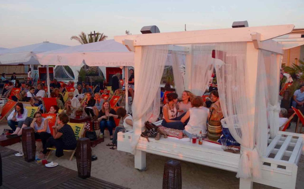 Berlin Hotspots - Rooftop-Bar Deck 5, Sonnenuntergang mit Liegeinsel