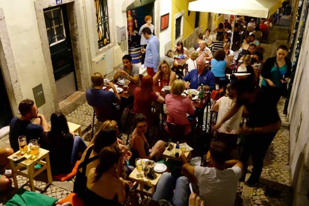 Lissabon Rsetaurants, Bairro Alto, volle Gasse von oben, Titel 1