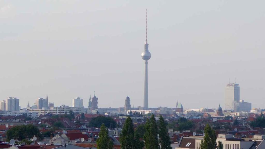Berlin Hotspot, Rooftop-Bar Klunkerkranich, Fernsehturm durch Tele