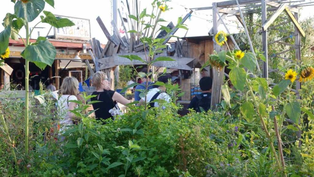 Berlin Hotspot, Rooftop-Bar Klunkerkranich, Kassenhäuschen hinter Sonnenblumen