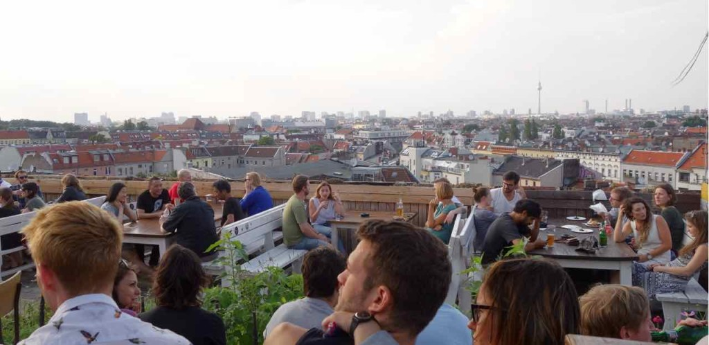 Berlin Hotspot, Rooftop-Bar Klunkerkranich, Panorame mit Köpfen