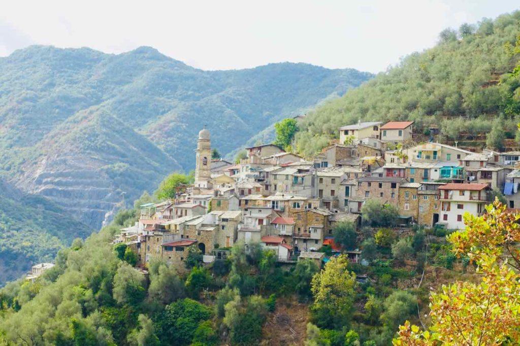 Bergdorf Glori nahe Carpasio in Ligurien, Italien
