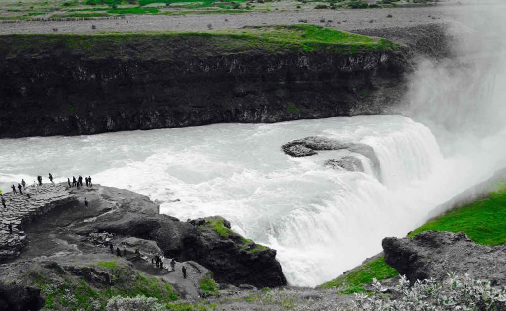 Island Tipps Gullfoss Wasserfall mit Besuchern auf Felsnase
