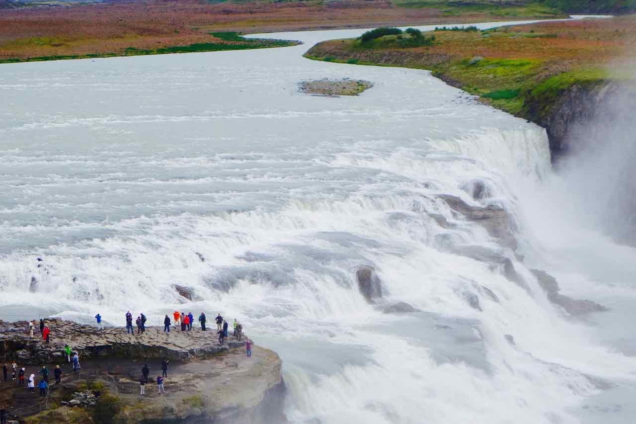 Gullfoss Wasserfall mit Besuchern auf Felsnase