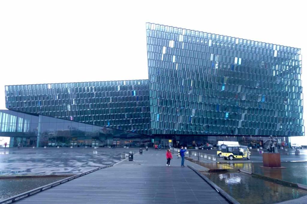 Island, Reykjavik, Sehenswürdigkeiten, Konzerthalle außen mit Fassade von Olafur Eliasson