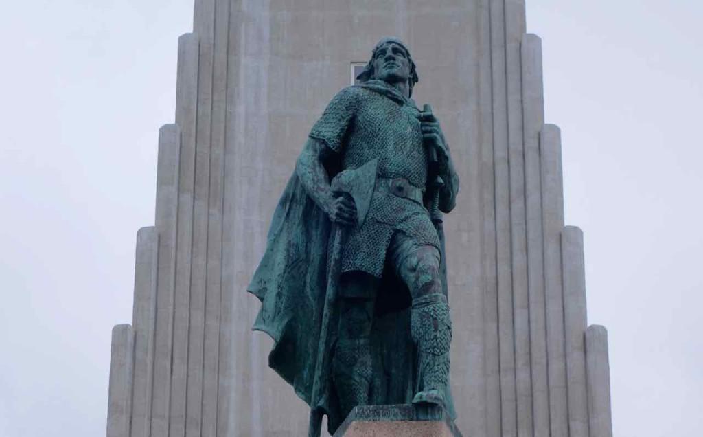 Island, Sehenswürdigkeiten, Reykjavik, Denkmal des Entdeckers Leif Eriksson vor der Kirche Hallgrímskirkja