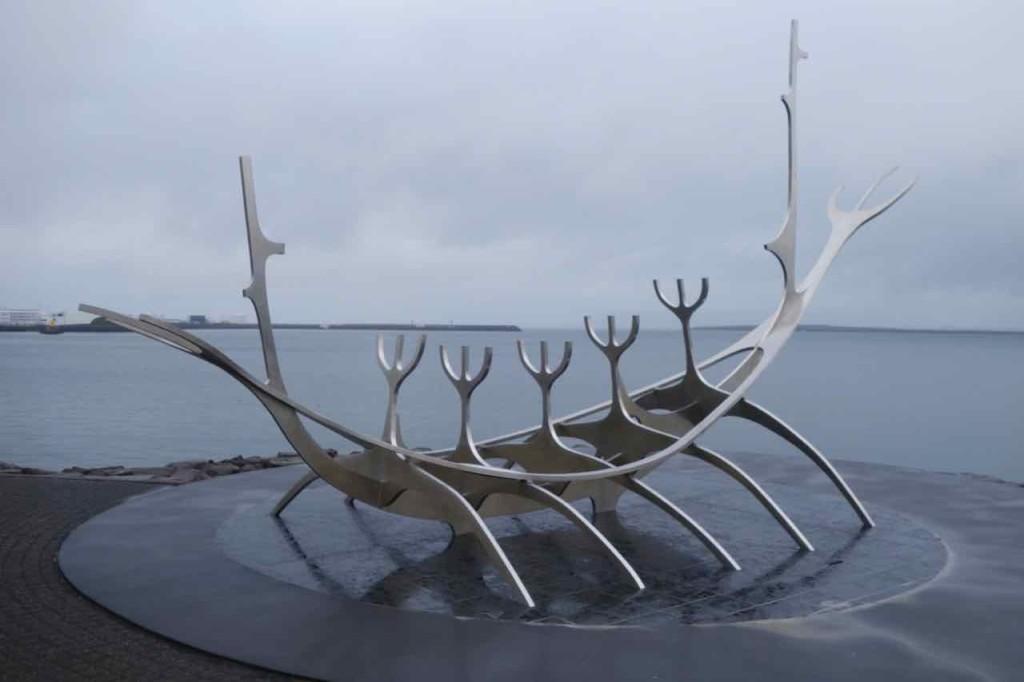 Island, Sehenswürdigkeiten, Reykjavik, Die Skulptur Sonnenfahrt des Isländers Jón Gunnar Árnason stellt ein Wikingerschiff dar.