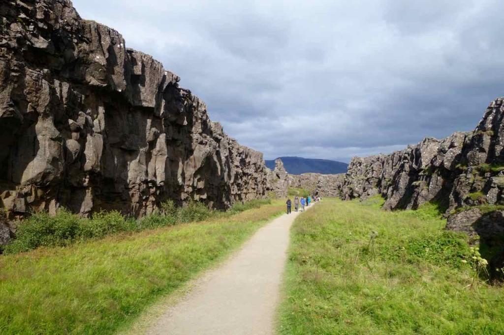 Island Tipps Parlamentsstätte, breiter Graben mit Besuchern