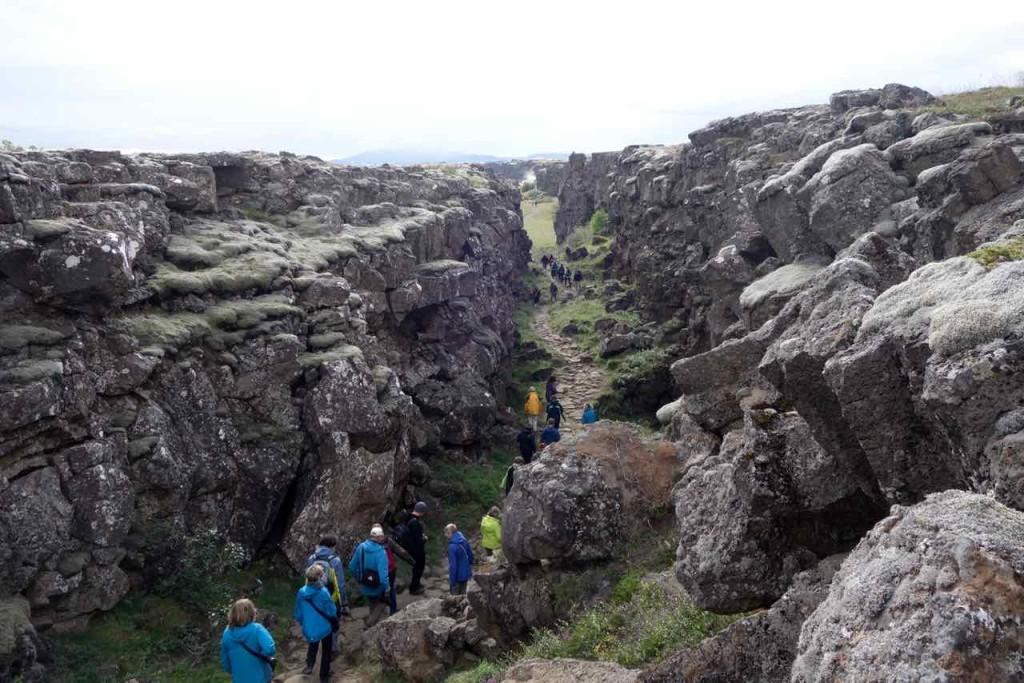 Island Tipps Parlamentsstätte, enger Graben mit Besuchern