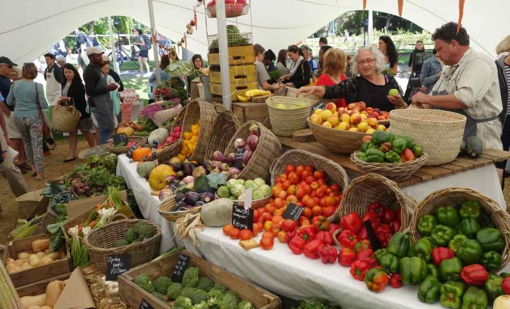 Kapstadt Food Market, Oranjezicht City Farm Market, Frau beim Gemüseeinkauf 2