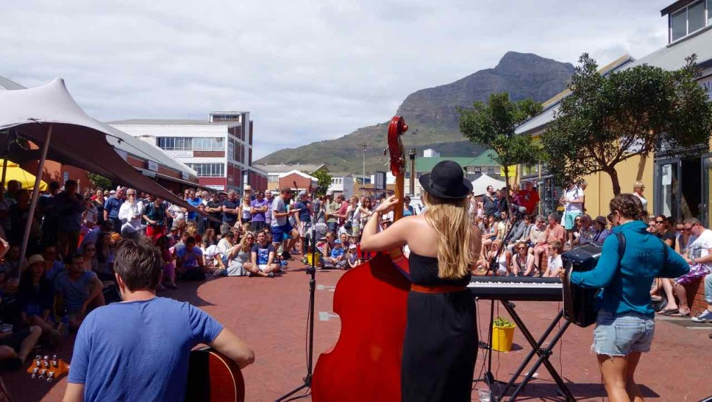 Kapstadt Foodmarket, Neighbourgoods Market, Musikgruppe von hinten
